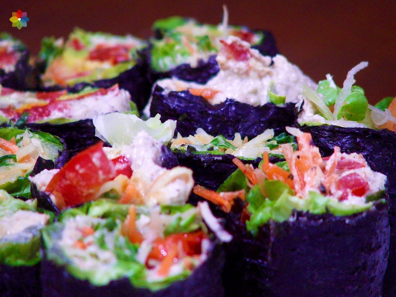 Arrollados de algas rellenos con vegetales en juliana