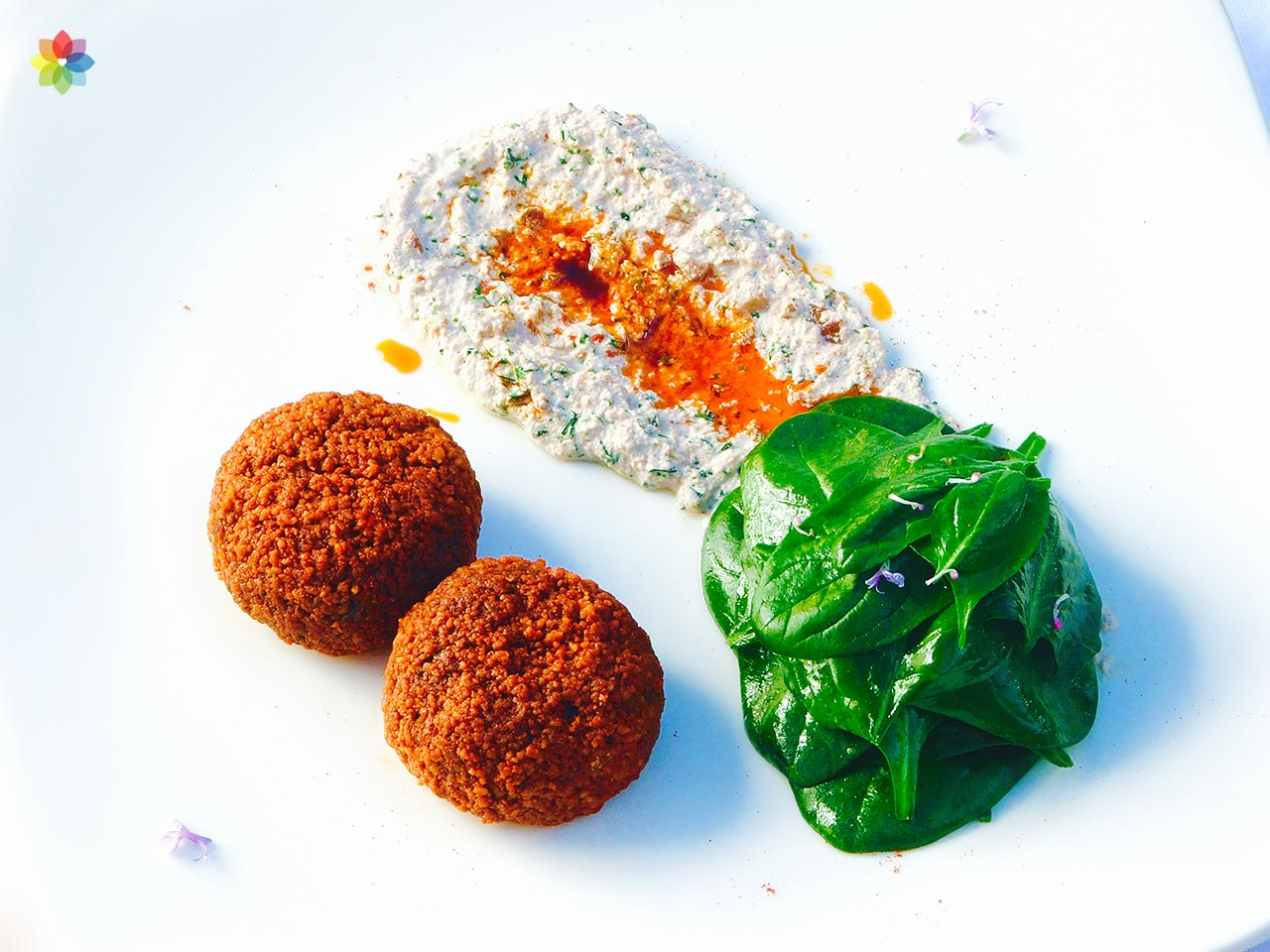 Croquetas de acelga con salsa tártara y espinacas