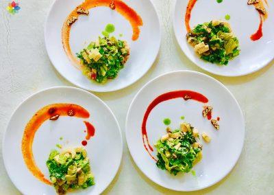 Ensalada Waldorf servida en platos blancos