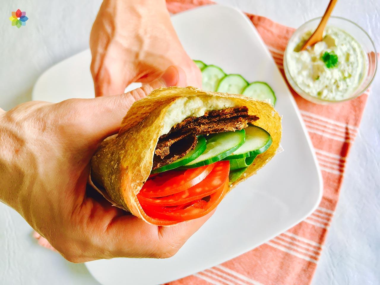 Gyros envuelto con salsa tzatziki y vegetales