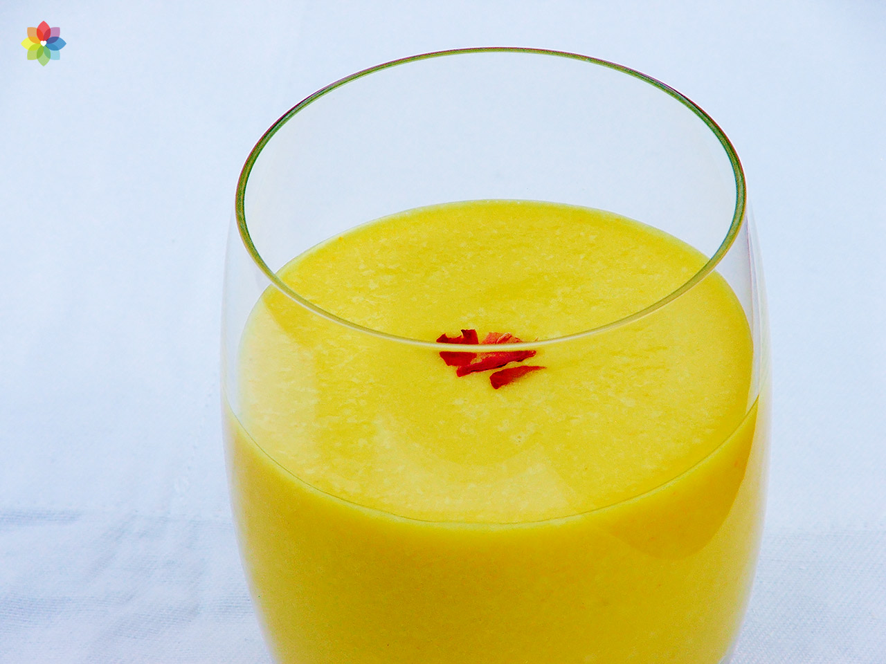 Vaso de vidrio con lassi de mango