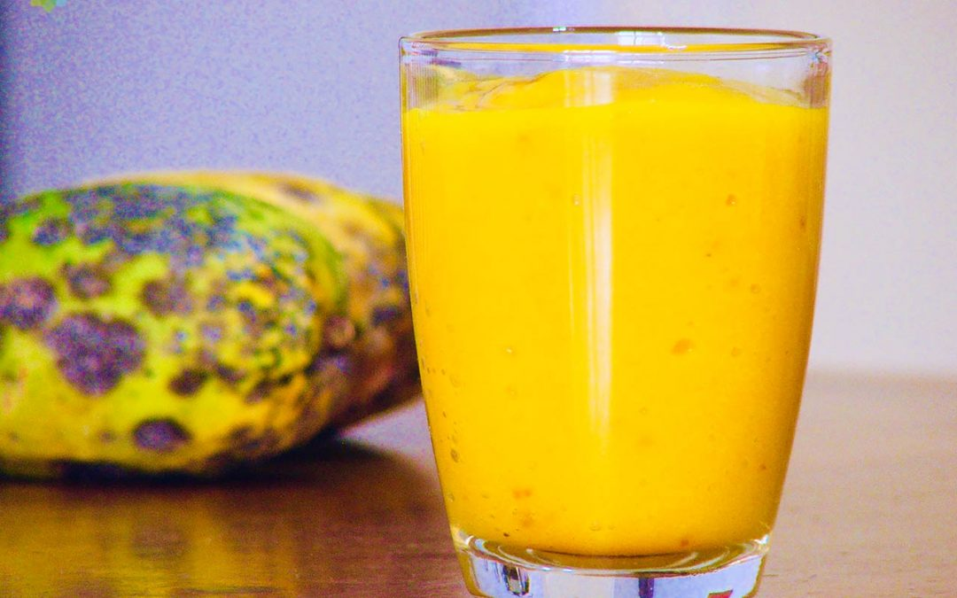 Licuado de mango y lima en vaso de vidrio